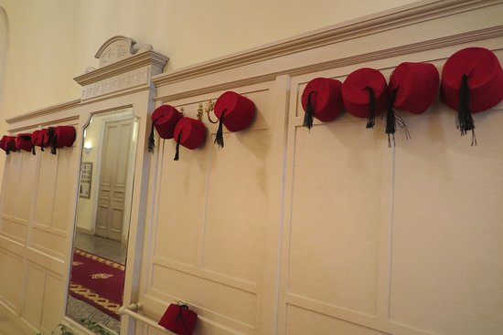 """สำหรับแขกที่เข้าพัก สามารถ หยิบหมวก  """"ตอราบูซ """" เป็นส่วนหนึ่งของเครื่องแต่งกาย ของชาวอาหรับ สมัย ออโตมัน  มาใส่ ถ่ายรูปเป็นที่ระลึกได้ครับ"""