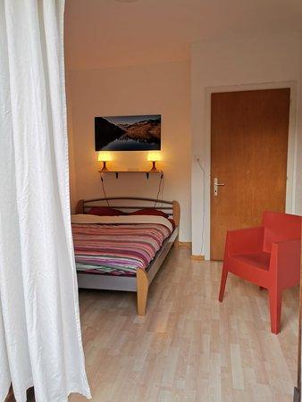 Vissoie, Швейцария: Chambre double avec balcon partagé. Sanitaires partagés à l'étage. Salon à disposition.