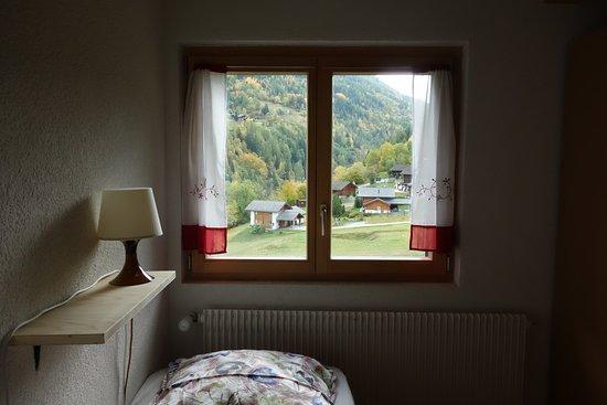 Vissoie, Швейцария: Chambre de quatre personnes. Sanitaires partagés à l'étage. Salon à disposition.