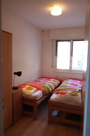 Vissoie, Швейцария: Chambre privée avec sanitaires partagés. Salon à disposition.