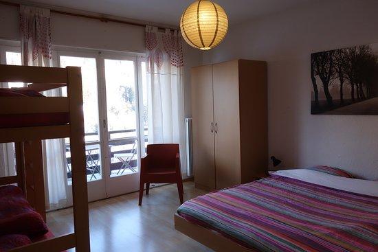 Vissoie, Швейцария: Chambre familiale avec balcon privé. Sanitaires partagés à l'étage. Salon à disposition.