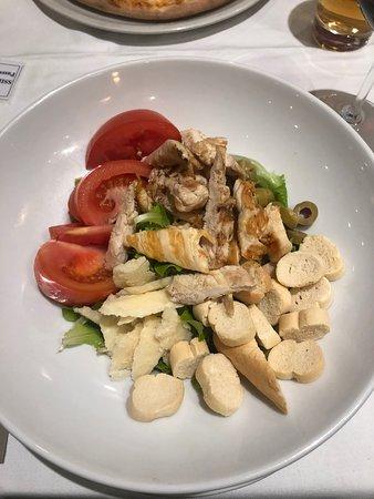 Ich hatte nur den Polo-Salat gegessen. Er war gut, nur Tomaten und Brot groß geschnitten waren. Der Rotwein war lecker.