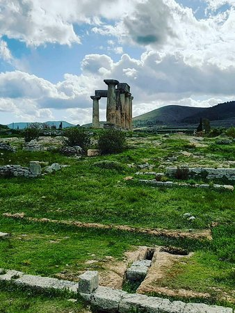 Corinthia Region, Görögország: (Thomas Allom, 1870) Corinth derives its name from Ancient Corinth, a city-state of antiquity. The site was occupied from before 3000 BC. But historical sources about the city concerns the early 8th century BC, when Corinth began to develop as a commercial center. Between the 8th and 7th centuries, the Bacchiad family ruled Corinth. Cypselus overthrew the Bacchiad family, and between 657 and 550 BC, he and his son Periander ruled Corinth as the Tyrants.