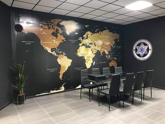 Deville-les-Rouen, France: Salle de briefing dans une ambiance gouvernementale.