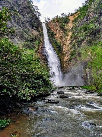 É a segunda maior cachoeira da região com cerca de 100 metros de altura e possui poço para banho. Possui poço para banho. Localizada a 40 km em estrada de chão de Uruana de Minas/MG, sentindo ao distrito do Cercado.  A sua trilha é de 4 km (ida e volta) com 160 metros de elevação, 4 travessias pelo rio e seu leito, o nível é intermediário e é preciso ter preparo físico.   Horário de Visitação Todos os dias 08:00 as 17:00   Taxa de Ingresso (por pessoa) R$ 20,00