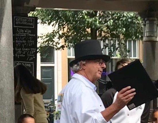 Gouda, Nizozemsko: Een gids geeft uitleg tijdens een Story Tell.