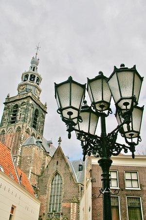 Gouda, Nizozemsko: De Toren van de St. Janskerk, rijk aan vele gebrandschilderde ramen.