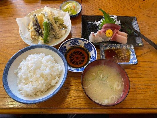 刺身も新鮮で流石漁港の町の食堂です。