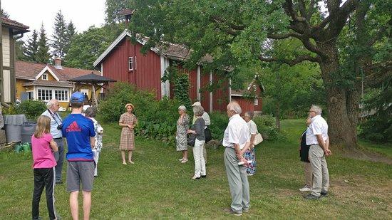 Masko, Finlândia: People are listening to the mistress talking about the farm's history. Ihmiset kuuntelemassa emäntää, joka kertoo tilan historiasta.