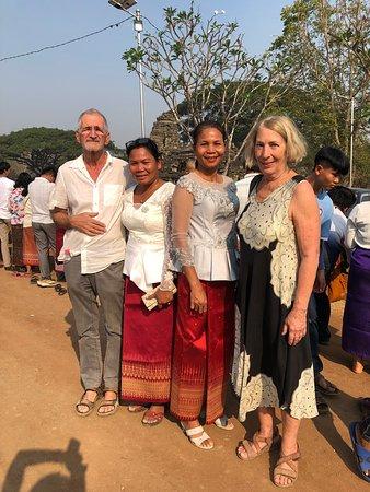 Banteay Chhmar, Cambodja: Notre hôtesse troisième depuis la gauche