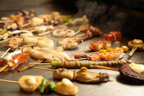 Nagoya, Japan: 当店の主役の鉄板創作串料理です。 鉄板で焼き上げた串は炭火とは違った美味しいさがあります。更に当店は、全ての鉄板料理にはヘルシーなオリーブオイル使用です!