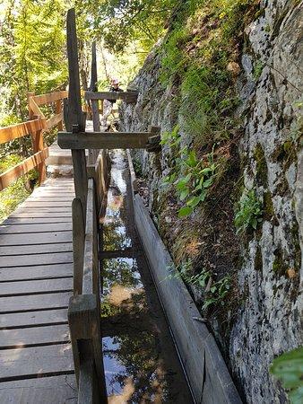 Saviese, İsviçre: Канал и пешеходная дорожка