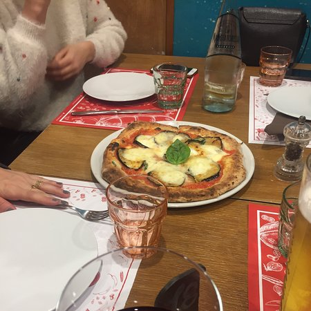Sono stata con 4 amiche ad approfittare della possibilità di assaggiare tutte le pizze calabre grazie all'evento di ogni mercoledì sera, 'Giro Pizza' e devo dire che siamo state super soddisfatte. Gusti eccellenti e prezzi davvero bassi! Consiglio assolutamente 'Grazie Assai'!