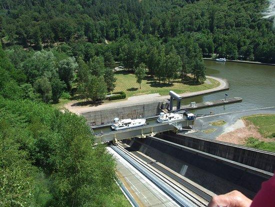 Arzviller, Франция: Deux bateaux de plaisance  ont pris place dans l'ascenseur il faut 4 minutes pour faire la translation.