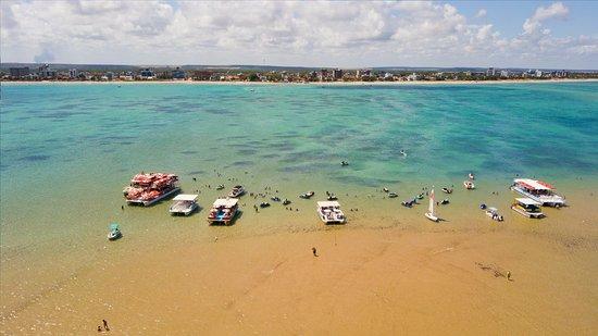 State of Paraiba: Localizada na cidade de Cabedelo, ao lado de João Pessoa, a ilha de Areia Vermelha é indicada para quem gosta de mar. Na maré baixa, ela surge e as embarcações se dirigem a ela com turistas. É um excelente passeio.