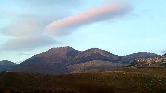 Marsicovetere, Itália: BASILICATA, Monte Volturino (1.836 m) - Parco Nazionale Appennino Lucano Val d Agri Lagonegrese. Due vette di quasi uguale altezza, l'una spoglia, aspra e rocciosa, l'altra verde, rotondeggiante e sottile. 🌲🌳🌿🍀⛰