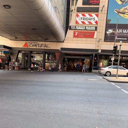 広大なショッピングモールやけど、オーストラリアらしさは感じられない