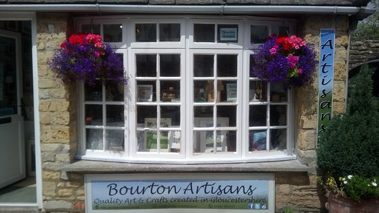 Bourton-on-the-Water, UK: Peek in the window at the lovely, locally made art and crafts in Bourton Artisans