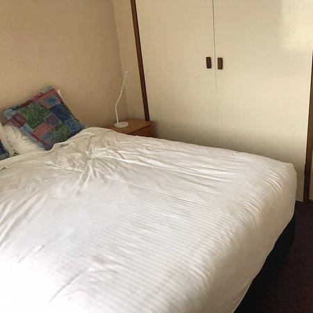 Super motel avec des lits topissimes et une salle de bain comme je les aime : de la pression sous la douche, propre et spacieuse.  La déco des pièces de vie peut ne pas plaire mais c'est très propre !! Nous sommes en road trip depuis 8 jours et je le recommande les yeux fermés.