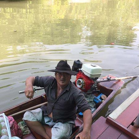Bra billigt säg till så hämtar en båt er och kör er till floting market Amphawa ( endast fredag till söndag ) här kom ett par och sålde frukt till frukosten bonus