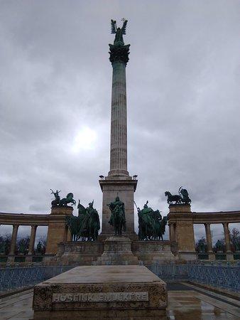 Monumento ai Caduti al centro della Piazza. Sulla colonna c'è la statua dell'Arcangelo Gabriele