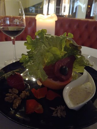 Leckeres Essen und einen guten Tropfen Wein geniessen.