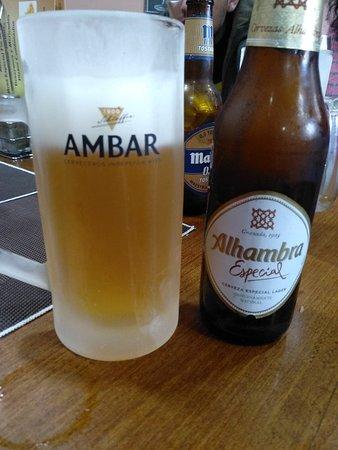 Interior y buena cerveza fría y su buen aperitivo.