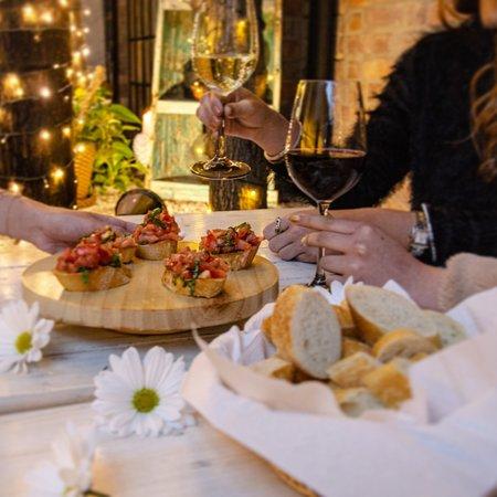 ¡Cava mood! 🥂 Ven y disfruta de unas copas de vino, te sentirás en el ambiente más cozy y chic, ¡Aquí el vino se toma cómo en casa!  Aparte de tener 400 referencias de vino 🍾 en cava también tenemos opciones de platos fuertes 🍽, tablas de queso 🧀, pizzas 🍕 y postres 🍰, para que pases tardes y noches únicas!   #wineonthecouch #winelover #wineandfriends