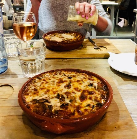 Pizzeria Casavostra: Yes..my partner likes Parmesan cheese!