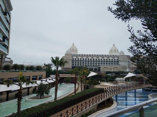 Бассейн возле отеля