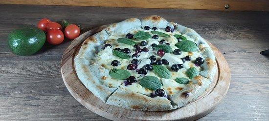 Синя пица с боровинки,  маскарпоне и бейби спанак
