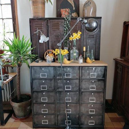 Morgny, France: Ancien meuble à clapets entièrement rénové par nos soins. Lampe Jieldé dite lampe liseuse disponible.
