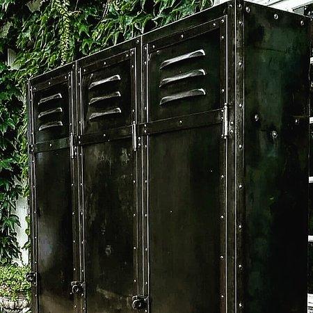Ancien Vestiaire 3 portes riveté entièrement rénové par nos soins. Disponible. Visible chez  Sortie d'usine Morgny  59 rue Saint Adrien  27150 MORGNY
