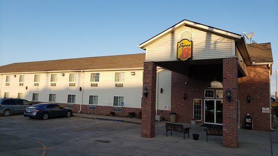 Mound City, MO: The exterior of the motel ...