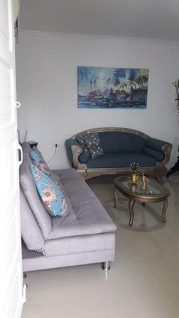 Getsemani Neighbourhood Tour in Cartagena: sala de estar con sofa cama y aire acondicionado
