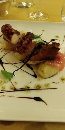 Polpo arrosto con insalatina di patate agli agrumi, cipolla di Tropea confit, pinoli tostati, olio al finocchietto, acciughe e capperi