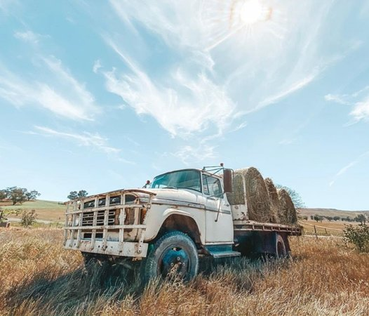 Coolac, Австралия: Old truck in paddock with hay bales.