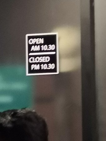Clearly stated opening hours of the Somtum Indy Café & Restaurant (ร้านส้มตำอินดี้)