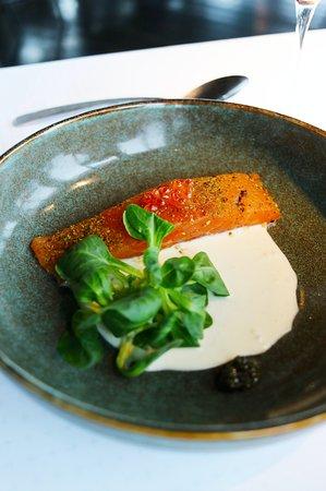 Gravlax de saumon Bolmö aux agrumes, glace wasabi, jus vert et caviar d'Aquitaine