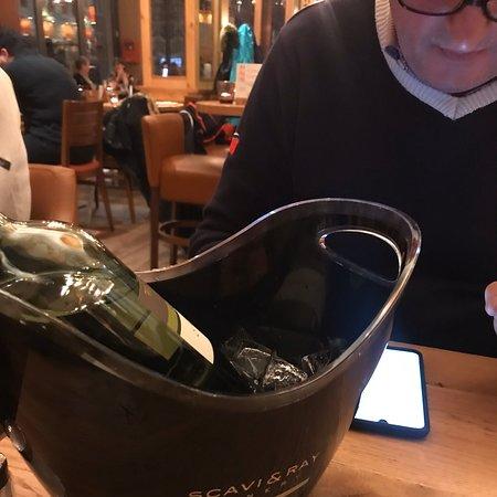 Es lohnt sich ,befindet sich in der Innenstadt und hat faire Preise ,Flasche Wein am 15.90 ! Das Essen auch sehr gut.Bedienung auch freundlich und schöne moderne Ambiente,fast immer voll.