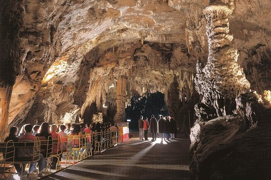 リュブリアナ発Postojna Caveとプレジャマ城ツアー