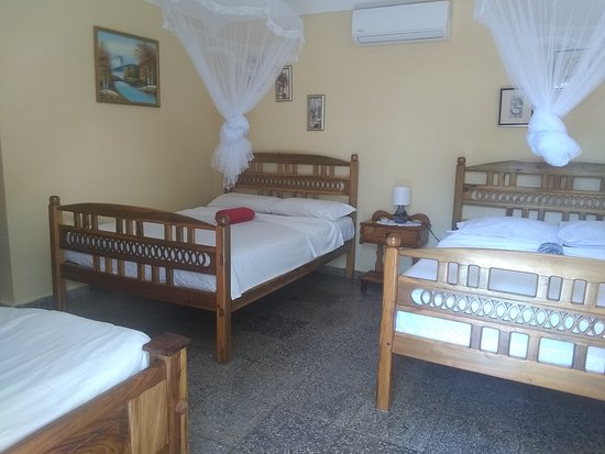 Habitación 1,con dos camas matrimoniales,una personal, minibar,caja fuerte,solita,baño