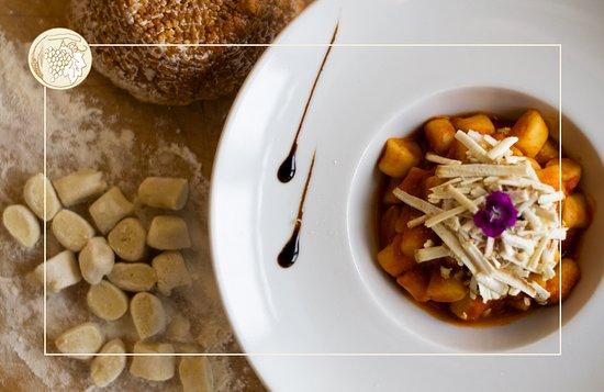 Gnocchi di pasta fresca con pomodoro e ricotta affumicata
