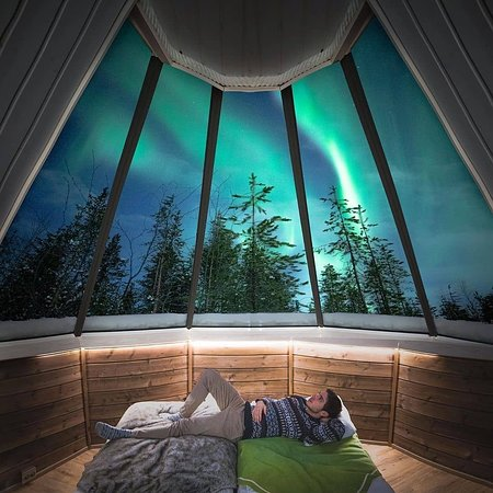 فنلندا: A room with the most magical view✨😍 IG Photo by @davide.anzimanni  FOLLOW👉@mustdotravels FOLLOW👉@mustdotravels FOLLOW👉@mustdotravels .  ____________________________________ 🔛TURN POST NOTIFICATIONS ON .