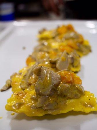 Zuane Osteria, Italy: Ravioli spadellati con funghi porcini e zucca.
