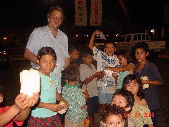 "Département de Managua, Nicaragua: Estos niños me llaman ""pan y leche"""