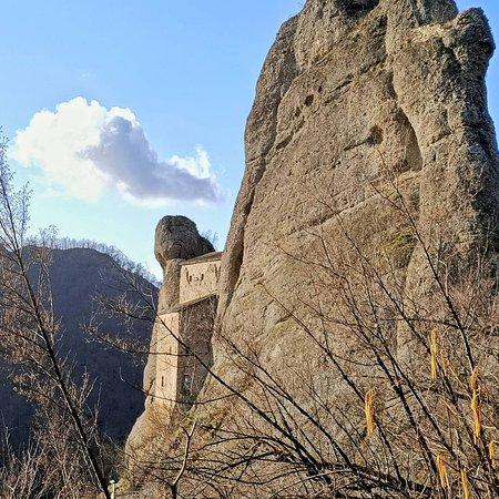 Vobbia, Italia: visuale del castello dal sentiero che sale laterale.