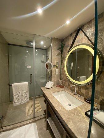 Luxury Room King Bed. Bathroom