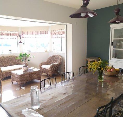 Le Nayrac, Франция: Salle à manger, grande table familiale et lounge derrière