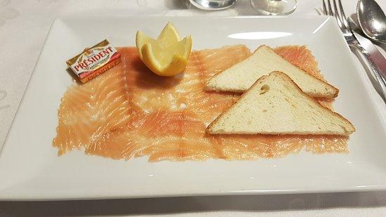 Portes-les-Valence, Франция: Plateau de saumon fumé avec pain de mie toastée, demi-citron taillée en fleurs.